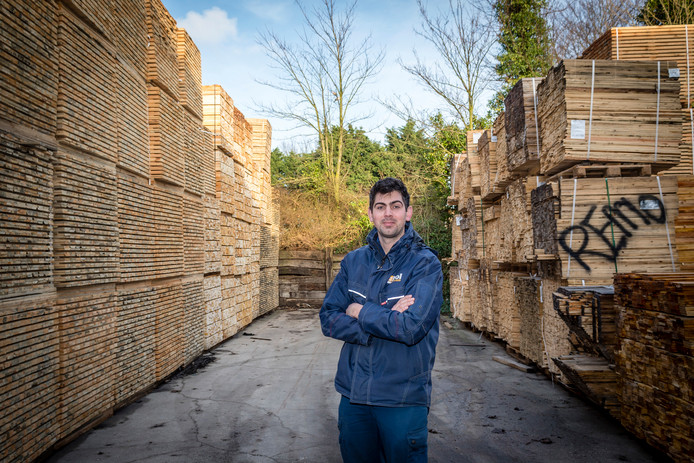"""Bij palletbedrijf Van der Pol in Woensdrecht ontstaan in de opslag 'lege houtstraatjes'. Directeur Robert van der Pol van het familiebedrijf: ,,De houtprijs is abnormaal hoog."""""""