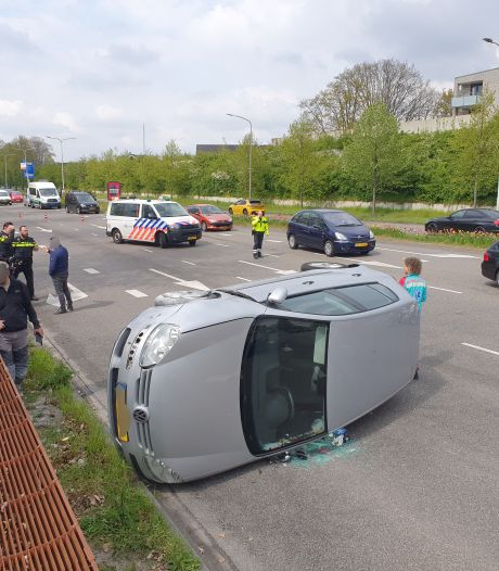 Auto belandt op zijkant door ongeluk; lange file op Neerbosscheweg