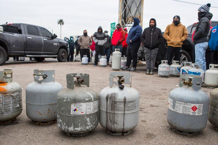 Mensen staan in de rij om hun propaangastankjes op te vullen in Texas.