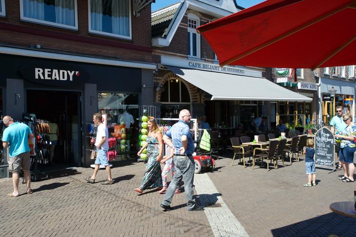 Gezellige drukte in het zonovergoten centrum van Ommen tijdens een proef met (toen nog vier) koopzondagen in 2015.