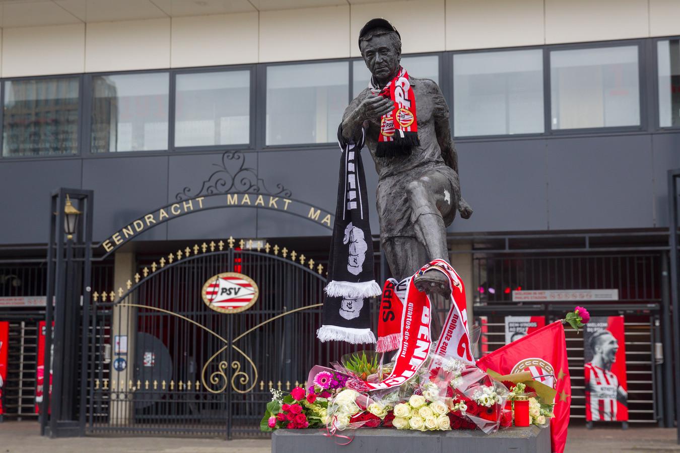PSV-supporters eren momenteel bij het Philips Stadion hun clubicoon Willy van der Kuijlen.