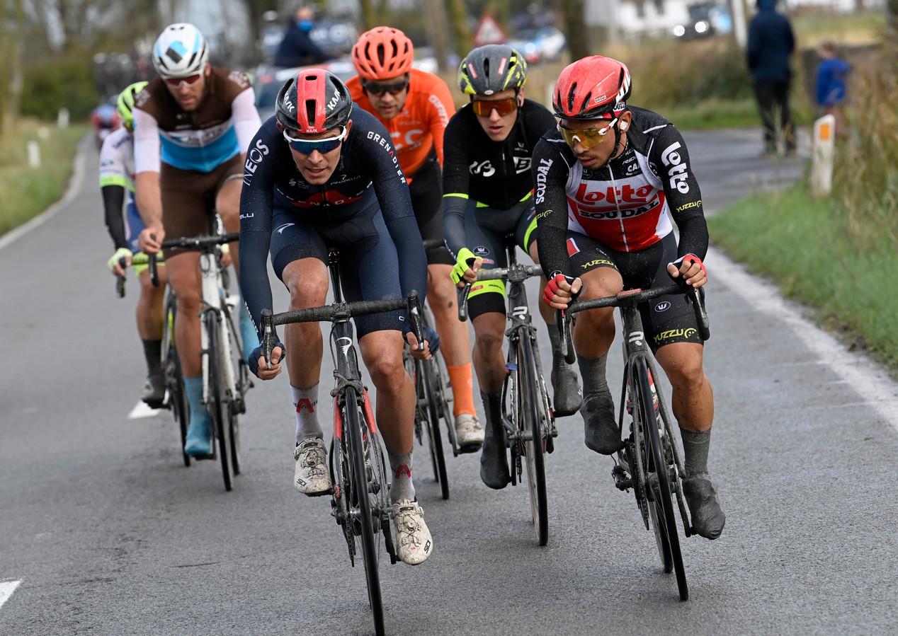 Luke Rowe (l) naast Caleb Ewan in de Driedaagse Brugge-De Panne