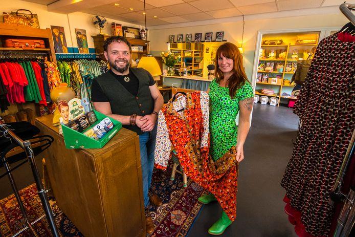 Jolanda Krukkert en Maarten Bouwhuis  hebben zaterdag hun winkel Rok & Billie geopend, waar zij vintage artikelen verkopen.