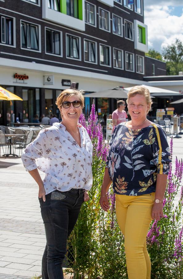Saskia van Donkelaar (links) en Miranda Janssen op de Campus Plaza in Wageningen