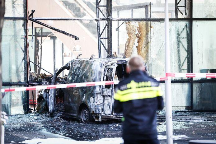 Een auto reed in juni 2018 de voorgevel van dagblad De Telegraaf binnen. Daarna is hij in brand gevlogen.