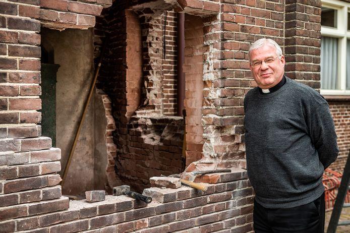 De omstreden pastoor Joost van der Mee neemt op 3 en 4 juli afscheid van zijn parochianen uit Schoonhoven en Haastrecht.