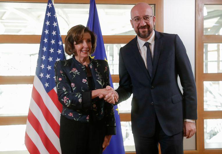 Michel schudt de hand van Nancy Pelosi. Op het geopolitieke toneel is hij alvast wel goed bezig.  Beeld EPA