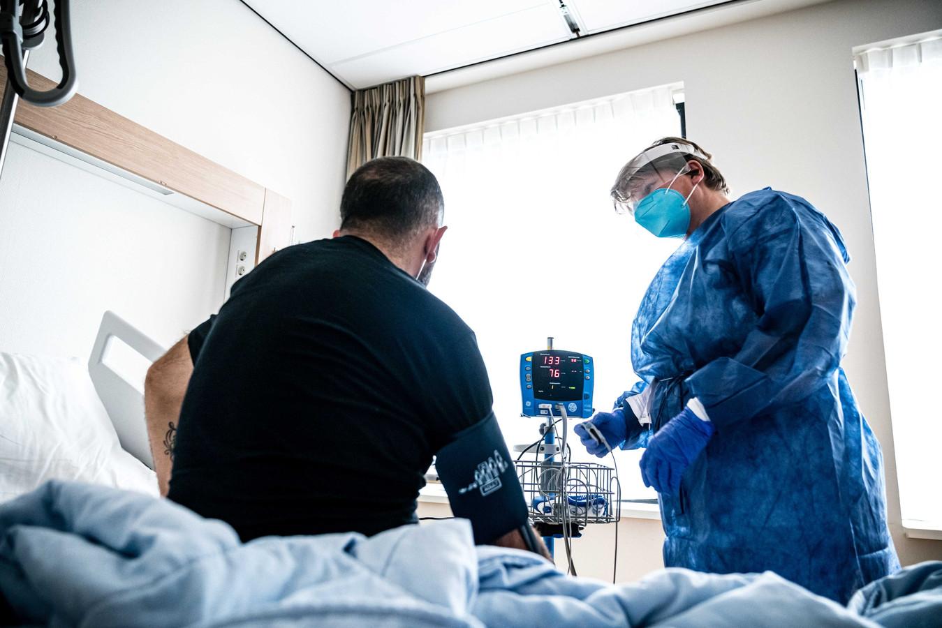 Een patiënt op de cohortafdeling van het Catharina Ziekenhuis.
