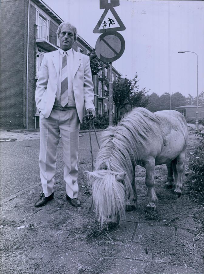 Joop Schepers loopt met een pony door Almelo in de strijd tegen het onkruid.