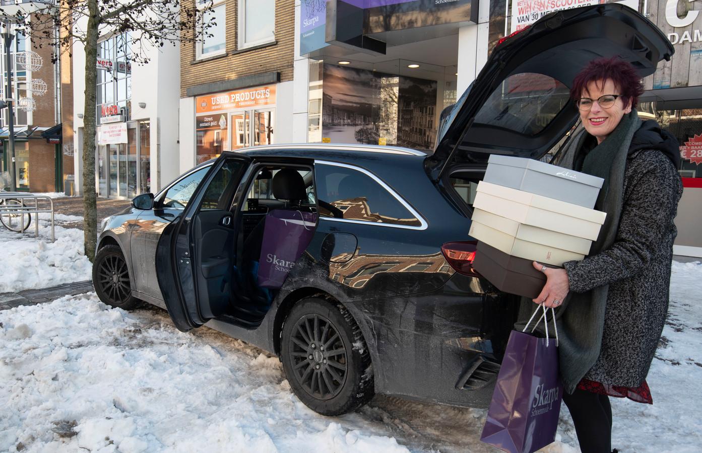 Het inladen  in haar auto van een stapel door klanten bestelde schoenen kostte ondernemer Wilma van Helten een parkeerboete van 100 euro.