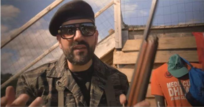 """Papacito auteur de la vidéo polémique dans laquelle il clame : """"Aujourd'hui, on va tester si le gauchisme est pare-balles"""" et tire sur un mannequin déguisé en militant de la France Insoumise, le parti de Jean-Luc Mélenchon."""