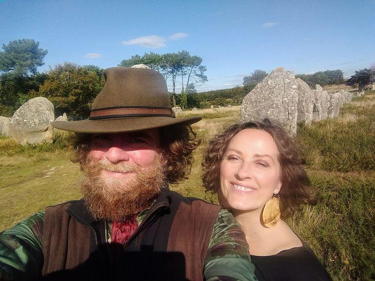 Mijn geliefde en ik te midden van de stenen reuzen te Carnac.  Beeld RV