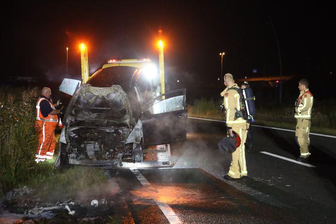 Auto vat vlam op snelweg A50 bij Son en Breugel.