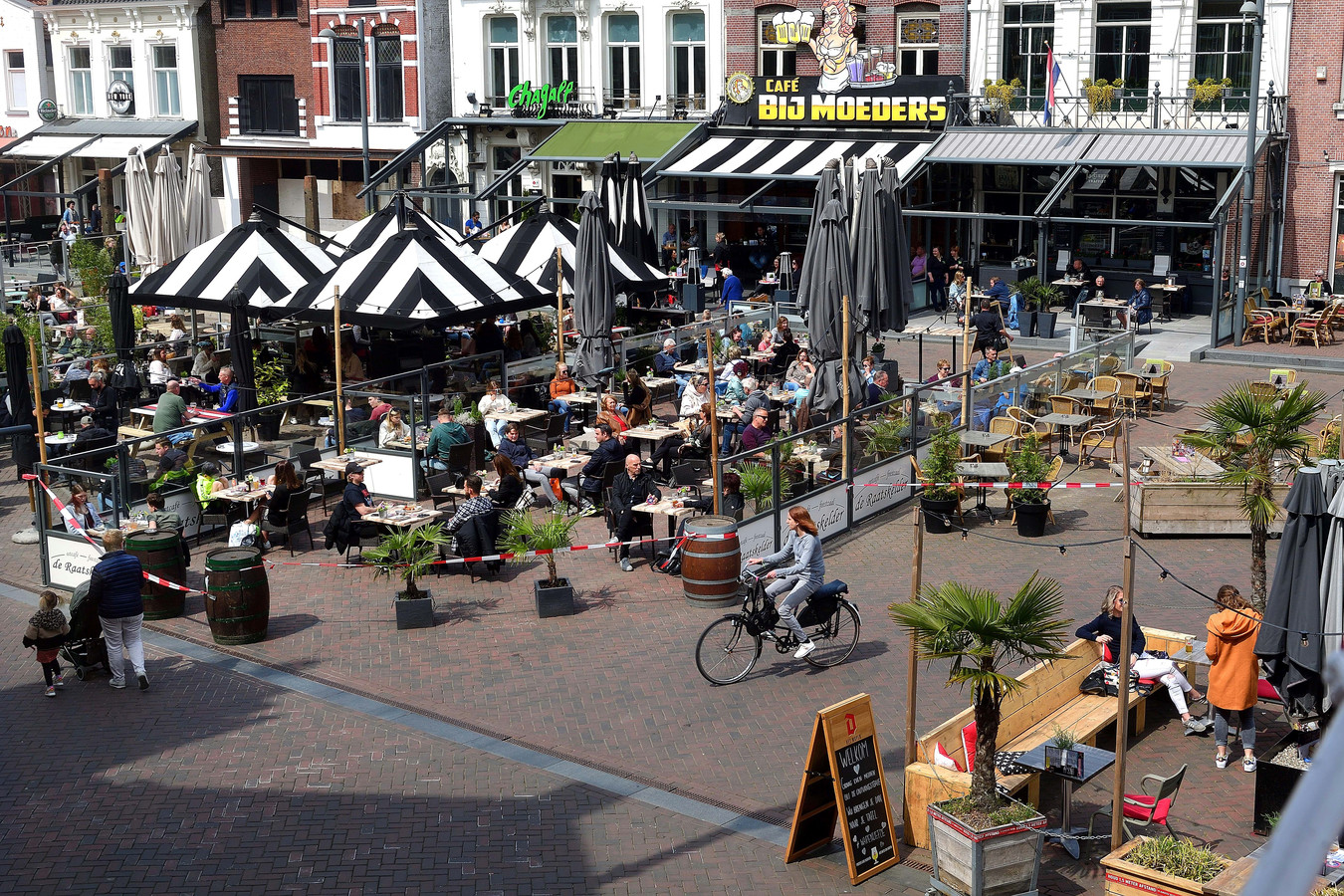 Eindelijk weer volle terrassen op de Markt in Roosendaal.
