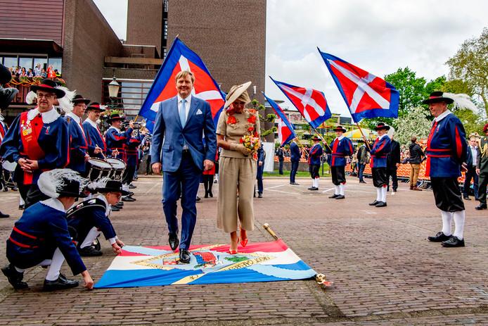 Koning en (voor het eerst) koningin betraden op Koningsdag 2019 het Soester vaandel. Links staand in gildekledij René van Hal.