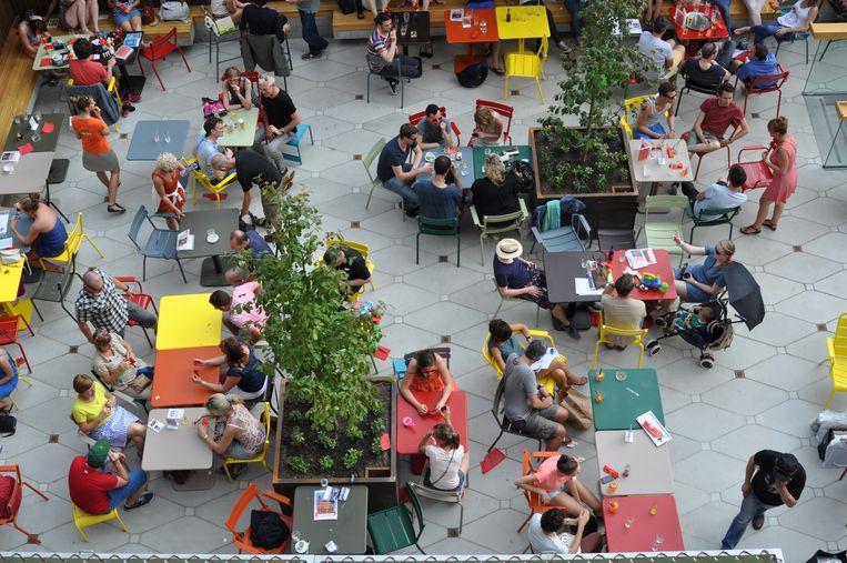 Het terras van Vooruit vorige zomer: als gevolg van de coronamaatregelen moeten de tafeltjes nu veel verder van elkaar staan. Beeld Michiel Devijver