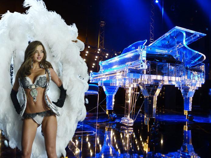 Miranda Kerr en een glazen piano van Peter Tol. Een soortgelijk exemplaar kreeg zij cadeau van Jho Low. Fotobewerking AD.