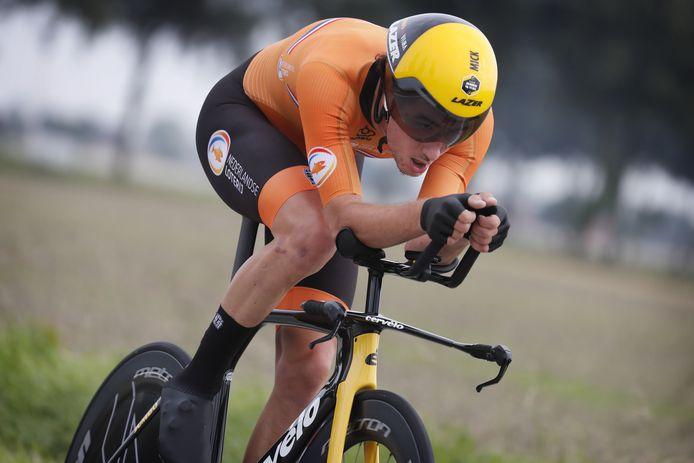Mick van Dijke stampt op de pedalen tijdens de tijdrit voor beloften op het WK in België.