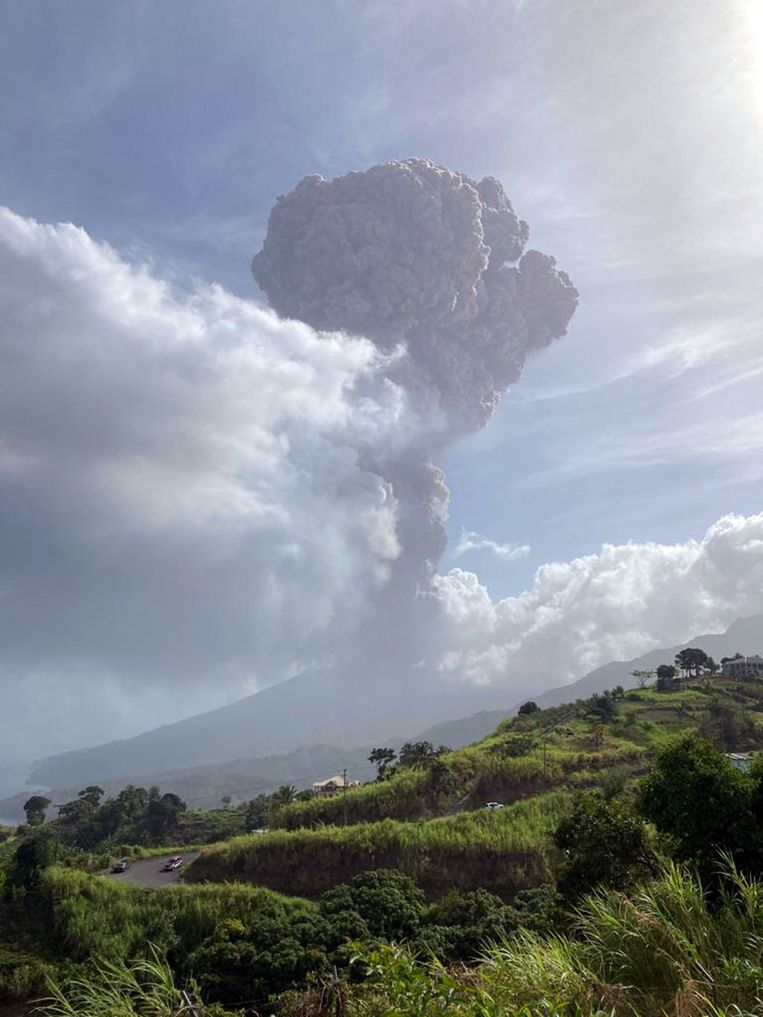 Er hangt een gigantische rookpluim boven de vulkaan La Soufrière op het Caribische eiland Saint Vincent. Beeld AFP