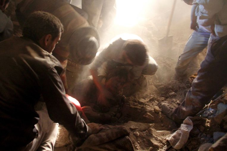 Iranian residents rescue a woman in the rubble of a house in Sourmah village, near the town of Varzaqan, after twin earthquakes hit northwestern Iran on August 11, 2012. The woman had pulse when she was rescued and taken into an ambulance. The two devastating earthquakes in northwest Iran killed around 180 people and injured hundreds as rescue teams were striving to dig survivors out of the rubble. AFP PHOTO/ISNA/FARSHID TIGHEHSAZ Beeld AFP