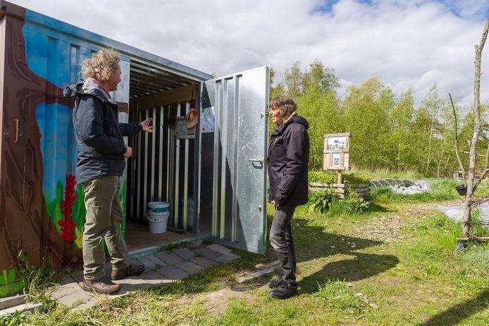 Gertjan Brouwer en Inge Kouw bij de opengebroken container van de Proeftuin Meerhoven.