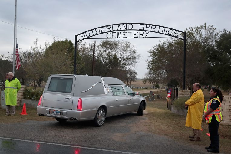 Hearses carrying the remains of Ricardo Rodriguez and his wife Therese arrive at the Sutherland Springs Cemetery, Texas.  Beeld AFP