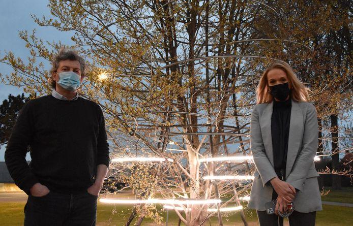 Burgemeester Bart Van Hulle en kunstenaar Nele Ost bij de Vrijheidsboom in Maldegem.