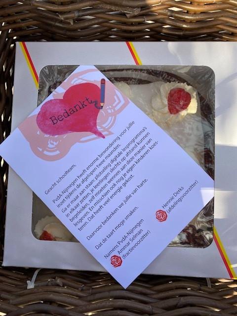 De taart met een bedankje van de PvdA.