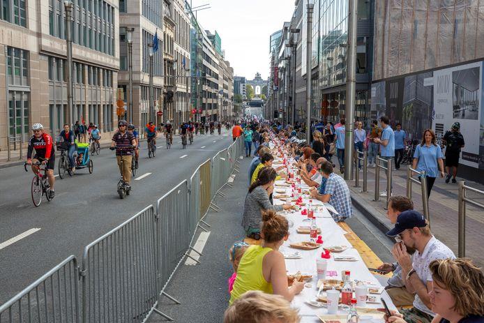 La rue de la Loi a servi de décor à un immense banquet: le petit-déjeuner était offert à prix libre jusqu'à midi autour d'une table pouvant accueillir jusqu'à 800 convives
