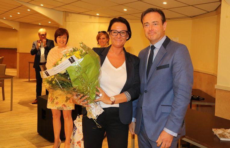 Leentje Vande Burie ontving als 300ste lid een bos bloemen.