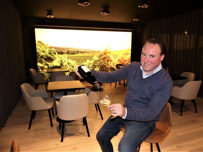 Olivier Allaert in zijn Allvino Lounge, met 'zicht' op de wijnvelden in de Champagnestreek.