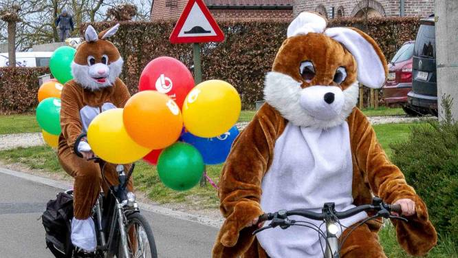 Paashazen brengen paaseieren aan huis per fiets