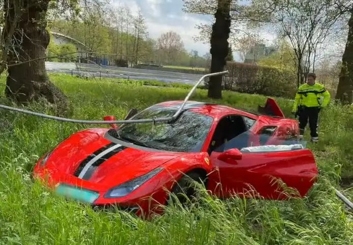 Ivre, un conducteur accélère et perd le contrôle de sa ferrari.