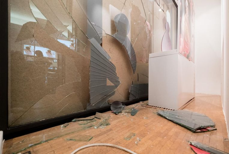 Het verbrijzelde raam van Parfumerie Dierckx.