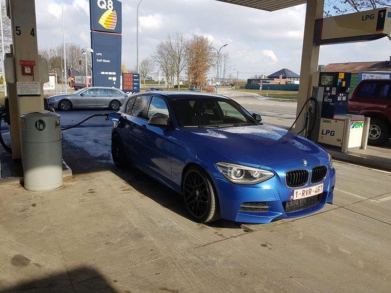 De opvallend blauwe BMW met zwarte velgen tijdens een eerdere tankbeurt.