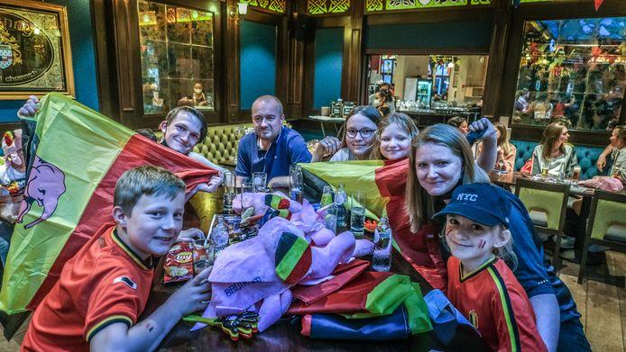 Elien Lecouttere en Lain Vantorhout kwamen samen met hun vijf kinderen naar de Irish Pub afgezakt.