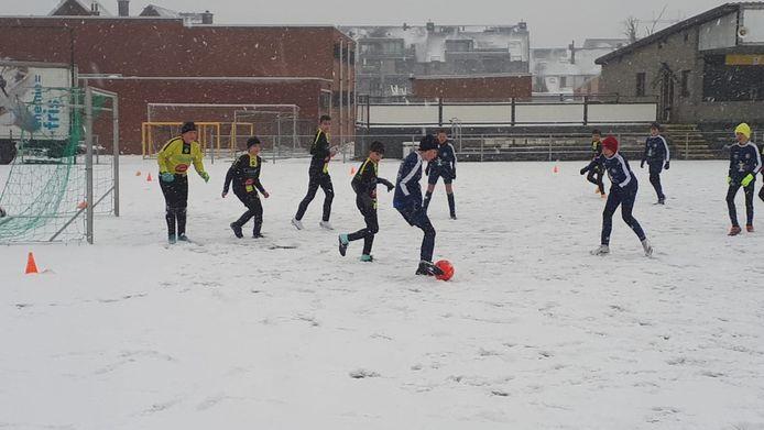 De U13 van Eendracht Houtem speelden tegen hun leeftijdsgenoten uit Schoonaarde.