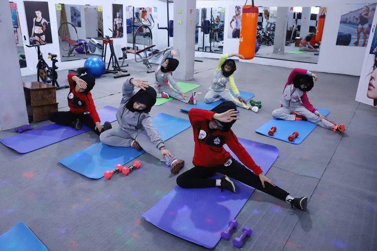 Afghaanse meisjes aan het fitnessen in de sportclub in het centrum van Kabul, Afghanistan, 20 juli 2018. Beeld EPA