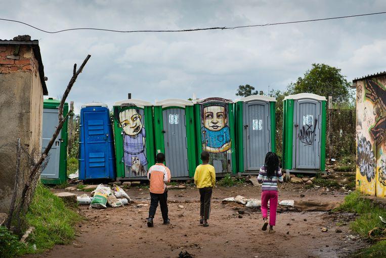 De meeste mensen van Freedom Charter hebben geen stromend water, koelkast of wc, waardoor ze hun behoefte moeten doen in een van de dixietoiletten. Beeld Bram Lammers