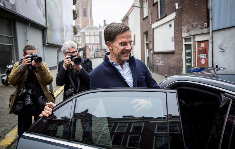 Mark Rutte voert campagne in Den Haag. Beeld null
