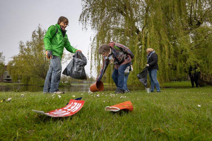 Vogelgroep Kampen verzamelde afgelopen zaterdag rommel in het stadspark van Kampen, zodat vogels etenswaren en ander afval niet oppikken.