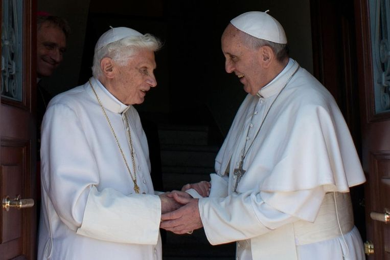 De twee pausen die aan de encycliek hebben gewerkt, rechts Franciscus, links Benedictus. Beeld afp