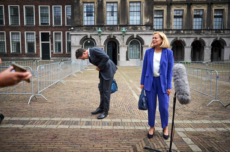 VVD-leider Mark Rutte maakt een buiging naar het publiek als hij met collega Sigrid Kaag van D66 de pers te woord staat na afloop van een gesprek met informateur Mariëtte Hamer.