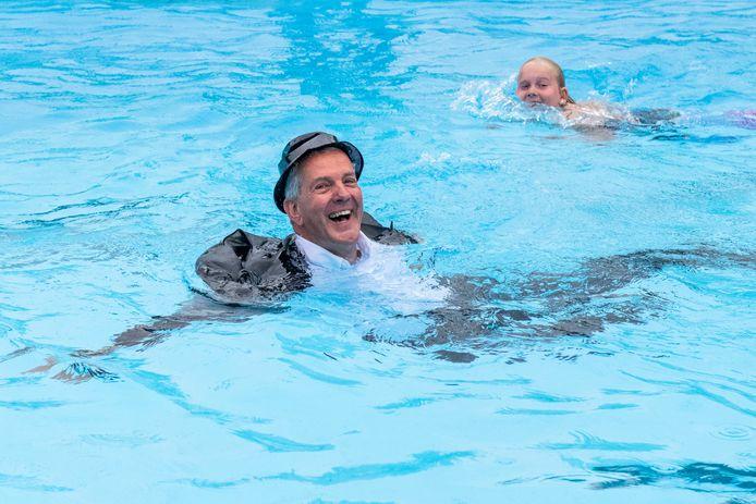 Jack Begijn sprong in 2019 bij het vijftigjarig jubileum het zwembad van Zaamslag in, in pak, zoals de burgemeester van Zaamslag dat een halve eeuw eerder deed bij de opening van het openluchtbad, archieffoto.