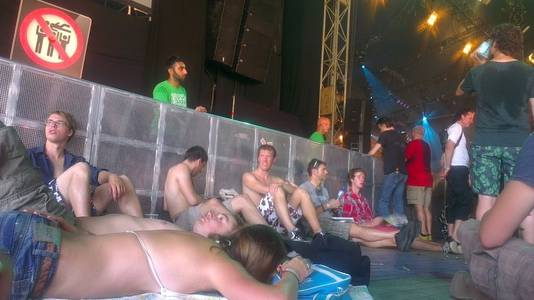 In je bikini op de grond luisteren naar het politieke circus op Lowlands.