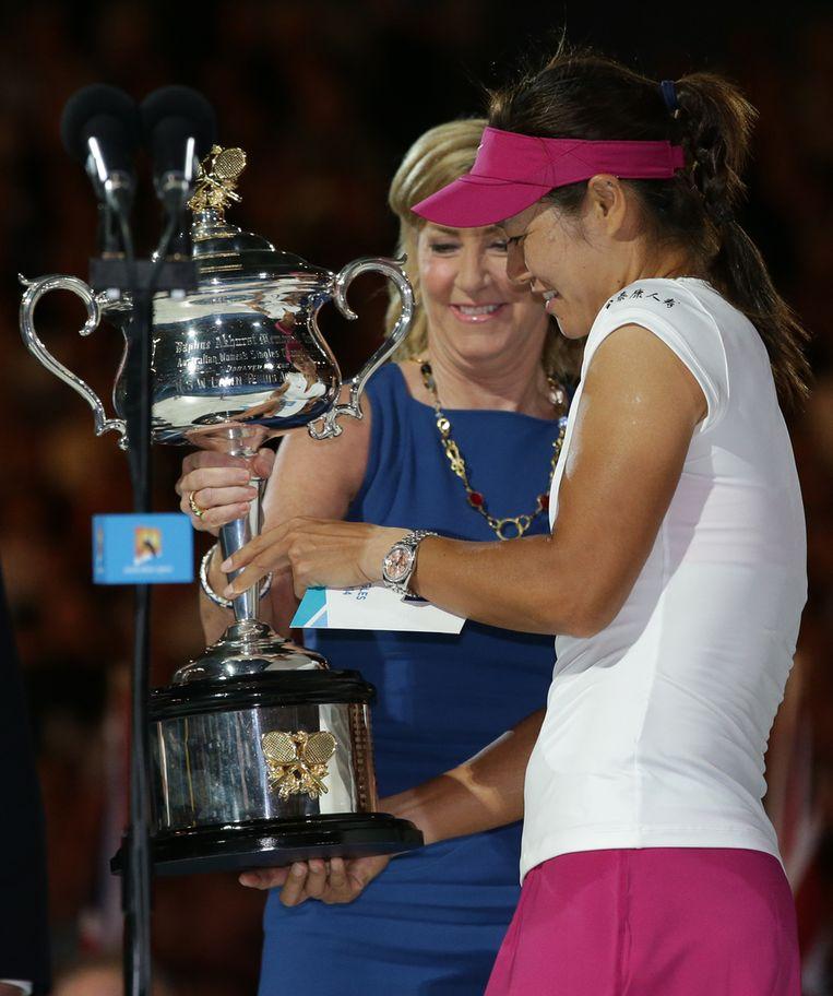 Uit handen van tennislegende Chris Evert ontving Li Na de winnaarstrofee. Beeld AP