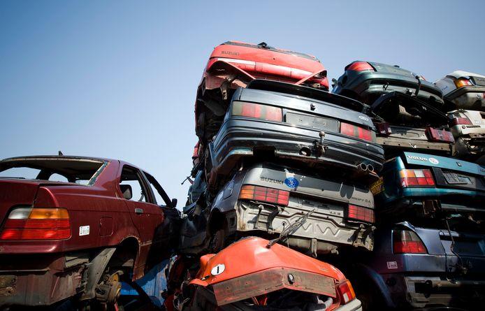 Foto ter illustratie. De politie vindt onderdelen van 43 gestolen auto's op het terrein van vader en zoon O. in Zwolle. Dat aantal is volgens de rechtbank te klein om als bewijs te gelden voor crimineel handelen.