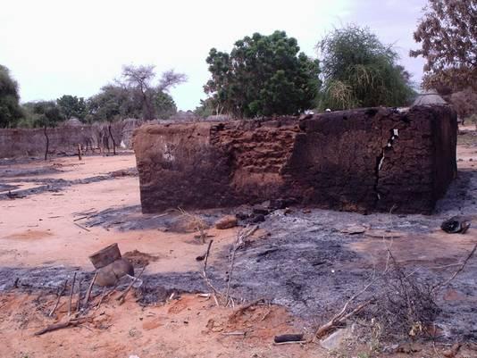 Een verbrand huis in Darfur.