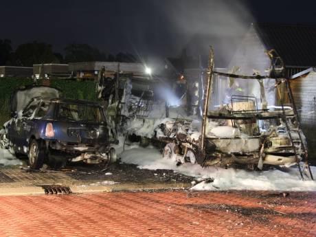 Camper in vlammen op, auto zwaar beschadigd in Goor