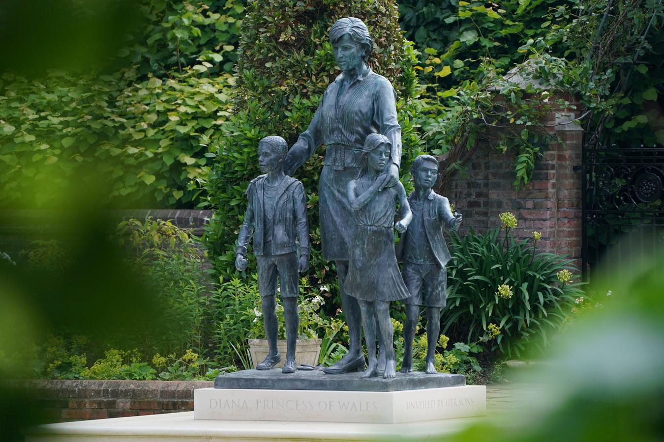 Het gloednieuwe standbeeld van prinses Diana.